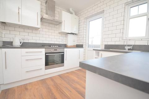 2 bedroom bungalow to rent - Chelmsford Drive, Upminster, RM14