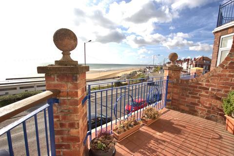 2 bedroom flat for sale - South Marine Drive, Bridlington