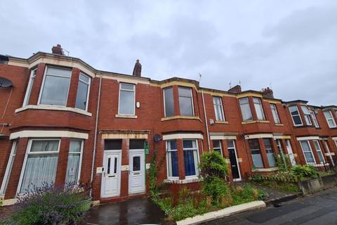 3 bedroom flat for sale - Trewhitt Road, Heaton - Three Bed First Floor Flat