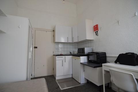 Studio to rent - LARGE CENTRAL BRIGHTON BEDSIT - P211