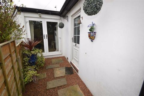 2 bedroom bungalow for sale - Chelford Road, Macclesfield