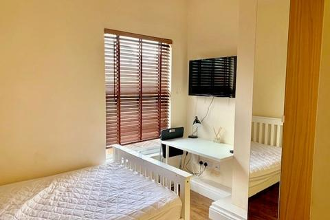 1 bedroom house share to rent - 3 bedroom house offering Super ensuite room available
