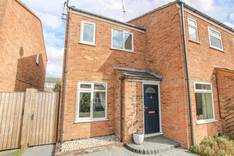 2 bedroom end of terrace house for sale - Redland Way, Aylesbury