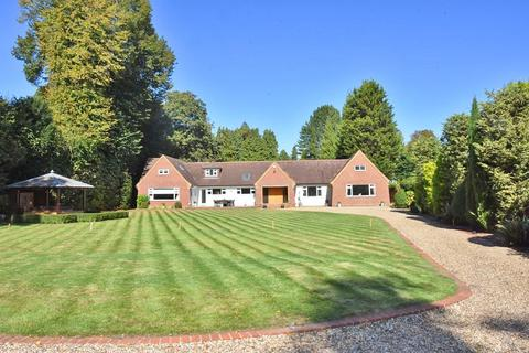 4 bedroom detached house for sale - Wonford Close, Walton On The Hill, Tadworth, Surrey. KT20