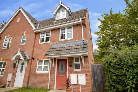 3 bedroom townhouse to rent - Marsden Close, Old Basford NG6 0BR