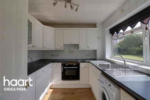 2 bedroom flat for sale - Royle Close, Gidea Park, RM2