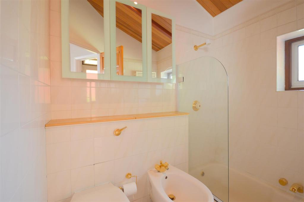 Master Bedroom Ensuite Bath/Shower Room