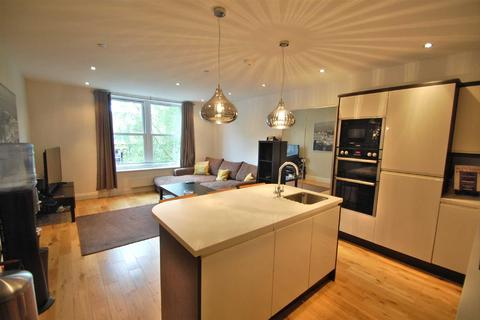 2 bedroom flat to rent - Woodford Road, Bramhall