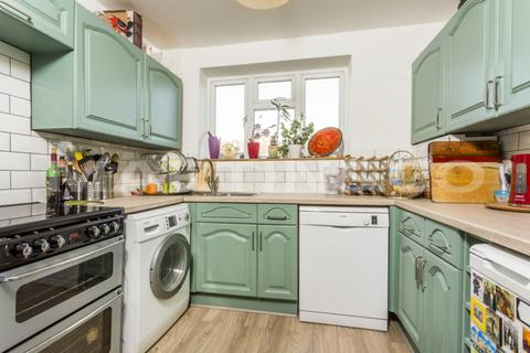 2 bedroom flat to rent - Raynes Park, London