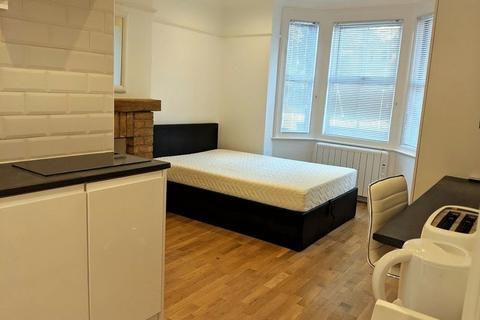 Studio to rent - Bond Street, Egham