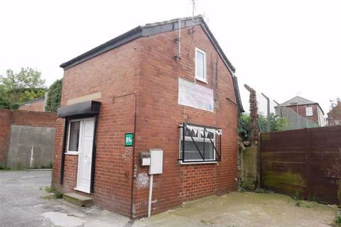 Property to rent - Commercial Street, Morley