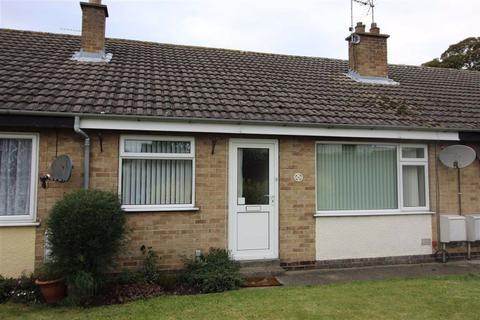 2 bedroom terraced bungalow to rent - Charters Lane, YO25
