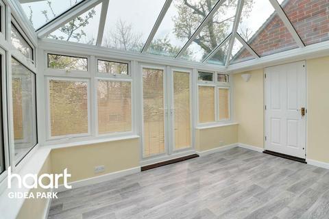 4 bedroom semi-detached house for sale - Pinecroft, Gidea Park, Romford, RM2