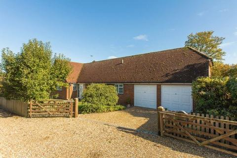 3 bedroom bungalow for sale - The Green, Ludgershall,