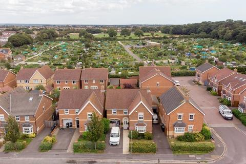 4 bedroom detached house for sale - PRIESTLEY ROAD BH10 St Marks Catchment