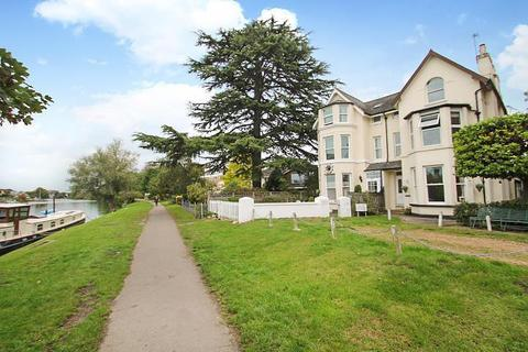 1 bedroom flat - Thames Bank, Riverside Road, Staines-Upon-Thames, TW18
