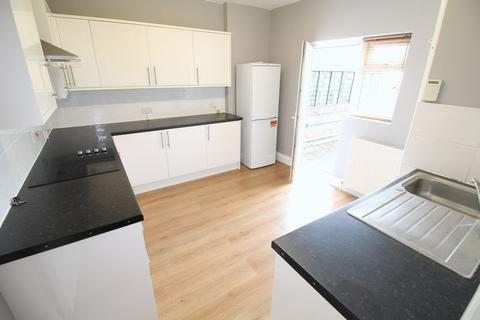 3 bedroom flat to rent - Russell Lane, Whetstone