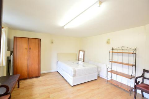 Studio to rent - Hampshire Avenue, Slough