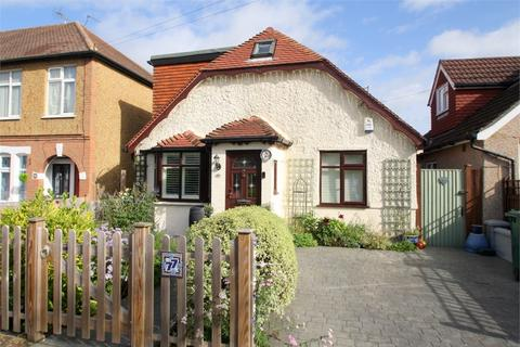 3 bedroom detached house for sale - Avondale Avenue, STAINES-UPON-THAMES, Surrey