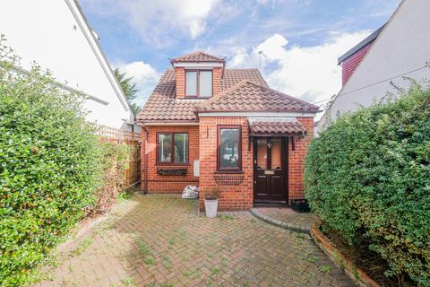 2 bedroom detached house for sale - Deane Avenue, Ruislip