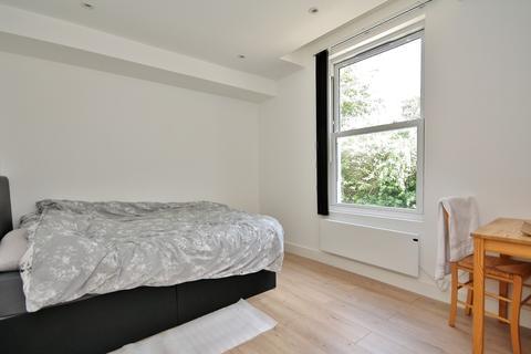 Studio to rent - High Street, Woking