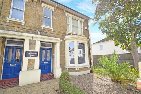 2 bedroom flat to rent - Gresham Road, Staines-Upon-Thames