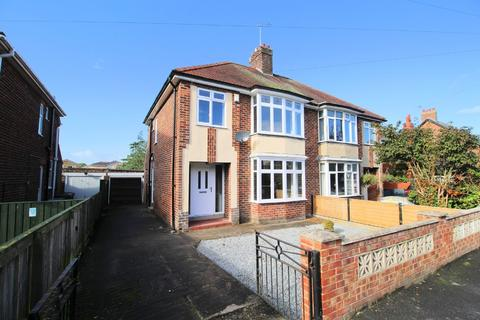 3 bedroom semi-detached house for sale - Wold View Road North, Driffield