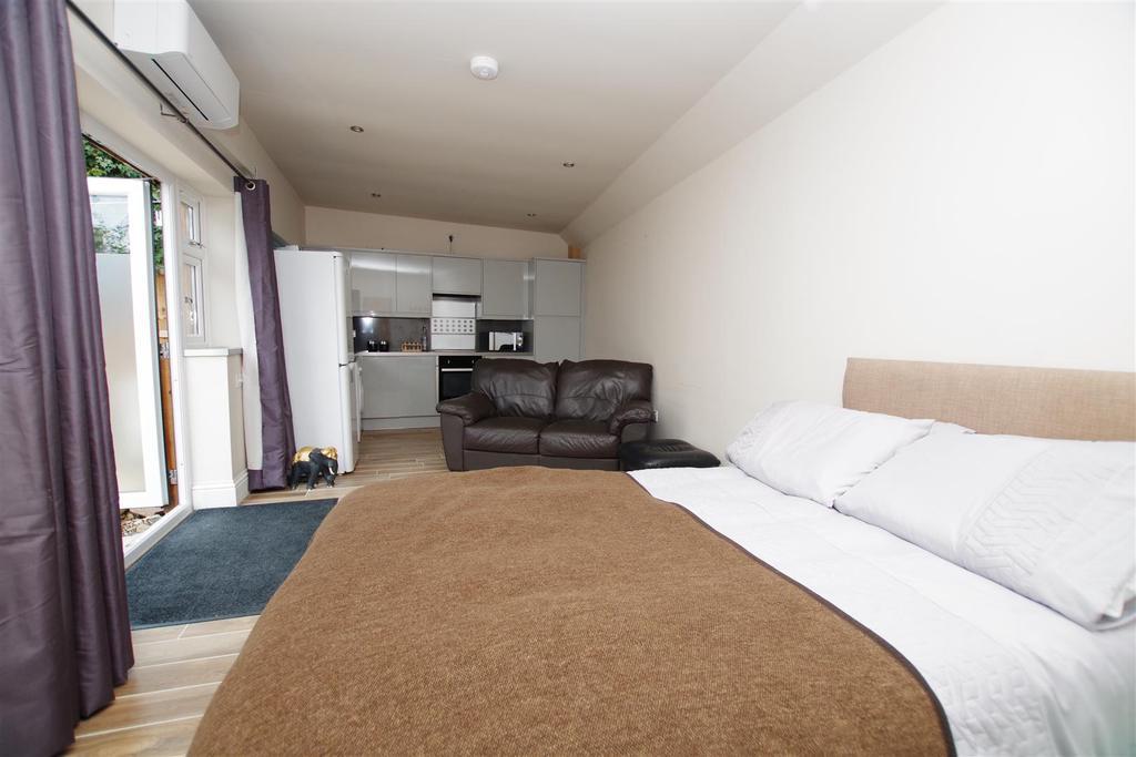 Open Plan Lounge/Diner/Bedroom