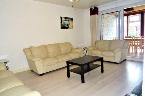 5 bedroom semi-detached house to rent - Pennine Way, Hayes, Middlesex, UB3