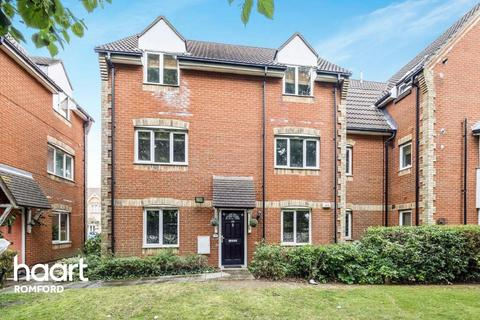 2 bedroom flat for sale - Lupin Close, Romford