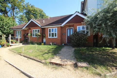 2 bedroom bungalow to rent - Clandon Road, Guildford