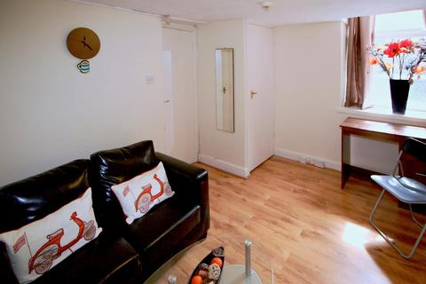 Studio to rent - Flat 1, 63 Brudenell Road, Hyde Park
