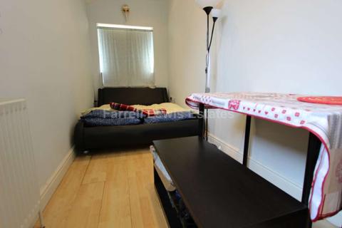 Studio to rent - Gibbon Road, Acton, W3 7AF