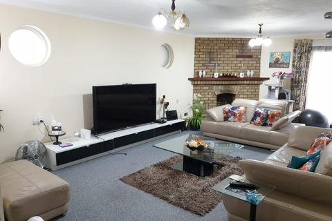 4 bedroom detached bungalow to rent - Riching Park, Riching Way, Iver