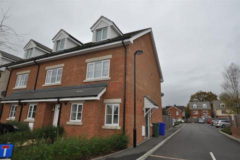 3 bedroom end of terrace house to rent - Gloster Close, Farnborough