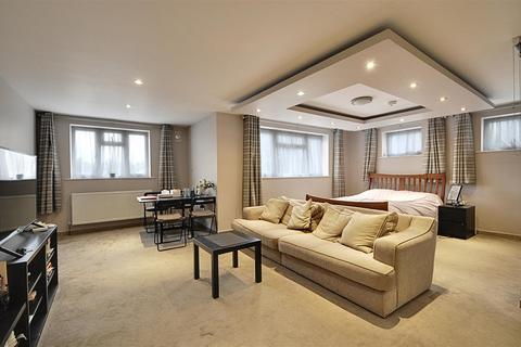 Studio to rent - Great West Road, Isleworth