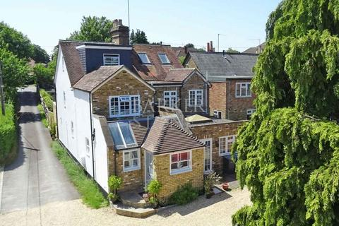 3 bedroom semi-detached house to rent - Stunning home 200 yards from station
