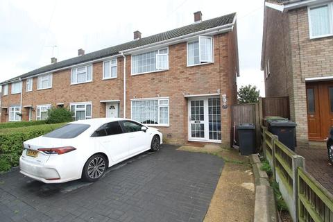 3 bedroom end of terrace house for sale - WELL PRICED FAMILY HOME on Thatch Close, Luton