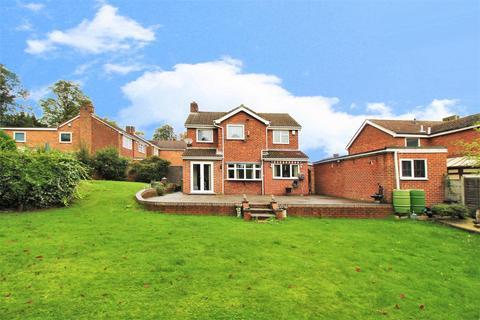 4 bedroom detached house for sale - Grovebury Close, Lesney Park
