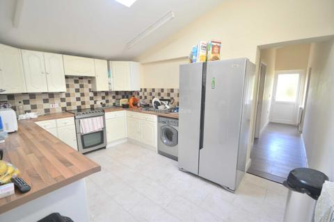 4 bedroom semi-detached house to rent - Westlands Ave, Reading