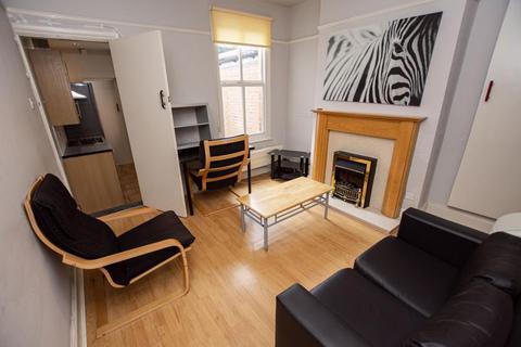 4 bedroom terraced house to rent - Hubert Road