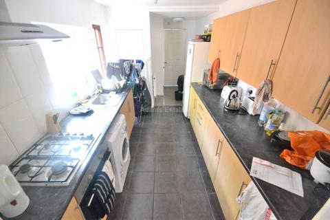 6 bedroom end of terrace house to rent - Donnington Gardens, Reading