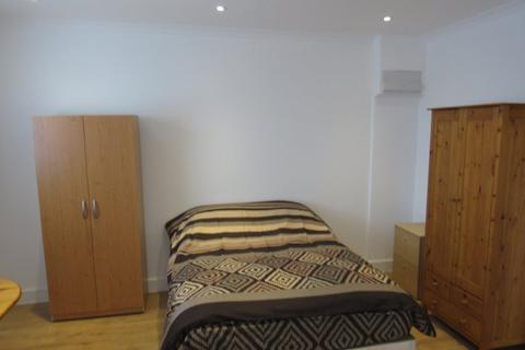 1 bedroom flat share to rent -  high Road, Finchley N12