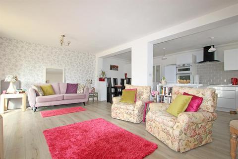 3 bedroom bungalow for sale - Avelon Road, Collier Row, Romford, Essex, RM5 3XX