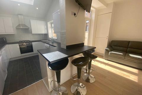 5 bedroom semi-detached house to rent - Ladybarn Road, Manchester
