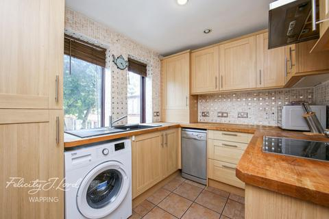 3 bedroom flat for sale - Codling Close, London