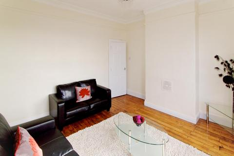 2 bedroom flat - 84a Burley Road, Burley