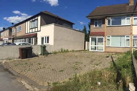 4 bedroom semi-detached house for sale - Whalebone Lane North, Chadwell Heath, RM6 6RJ