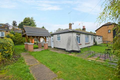 3 bedroom bungalow for sale - Hillside Erith DA8