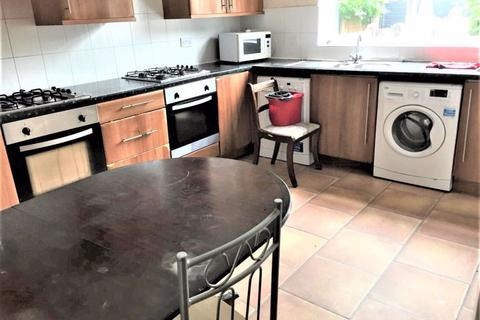 12 bedroom house share to rent - 8 bedroom on Birch Grove, Rusholme